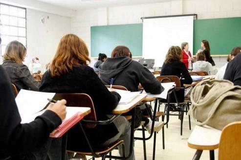Ensino à distância cresce em detrimento de cursos presenciais noturnos no Brasil